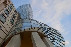 Wie ein Kleid erscheint die Glasfassade des taillierten der beiden Türme.