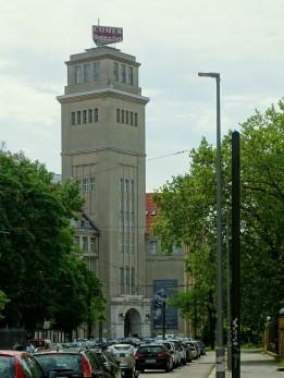 Der weithin sichtbare Turm ist das Markenzeichen des Gebäudekomplexes.