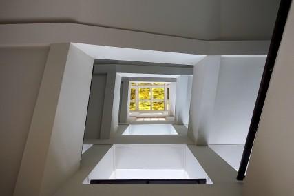 Der 58 Meter hohe Turm wurde als Wasserhochbehälter konstruiert. In den unteren fünf Etagen bis zu einer Lichtdecke erschließt ein Treppenhaus das nebenan liegende Foyer.