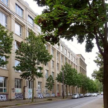 Der U-förmige Bau wurde auf der Seite der Ostendstraße in zwei Abschnitten (1957 und 1984) auf insgesamt 600 Meter verlängert.
