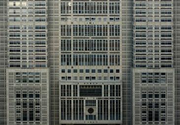 Der Gebäudekomplex bietet auf 48 Etagen Büros für mehrere tausend Beamte.